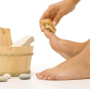 Сухие мозоли на ногах: как избавиться, чем лечить, народные средства, кремы, мази, ванночки