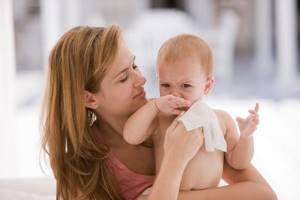 Влажные салфетки вредны для детской кожи