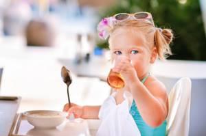 Соки для детей не только не полезны, но и вредны