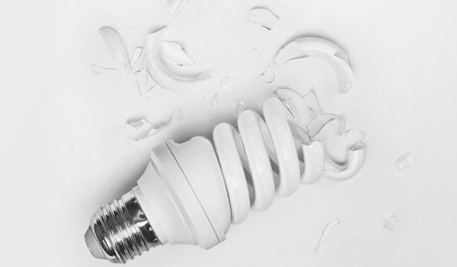 Разбилась энергосберегающая лампочка: что делать, насколько опасно, куда сдавать