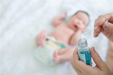 Пупок новорожденного: как обрабатывать, что делать если он гноится или кровит