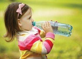 Какую воду нужно пить детям и взрослым: сырую или кипяченую, фильтрованную или бутилированную, вред и польза очищенной воды