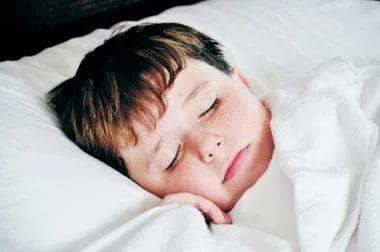 Ребенок скрипит зубами во сне: причины