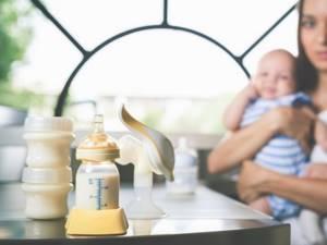 Как сцеживать грудное молоко руками, как хранить грудное молоко